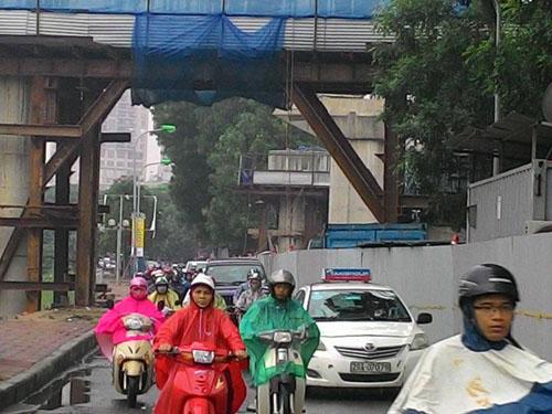 HN: Tắc đường kinh hoàng, dân vác xe qua dải phân cách - 9