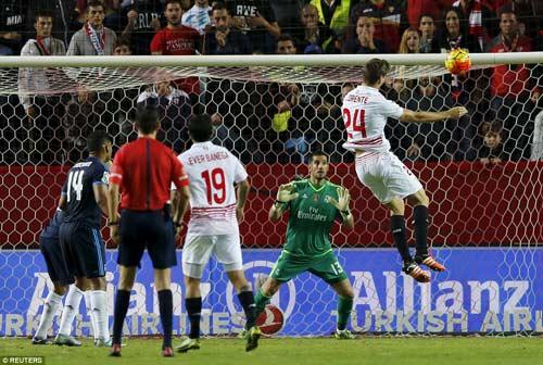 Real gục ngã trước El Clasico: Chiếc mặt nạ đã rơi! - 1