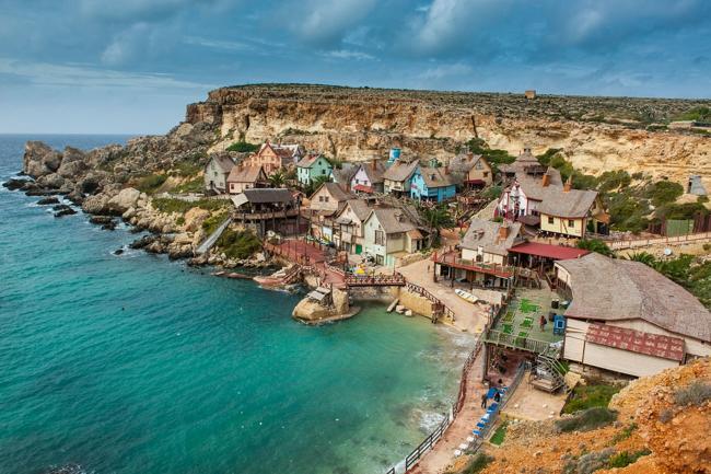 Làng Popeye ở vịnh Anchor, quốc đảo Malta có hẳn một công viên giải trí mô phỏng bộ phim hoạt hình thủy thủ Popeye nổi tiếng. Đến đây, bạn được chiêm ngưỡng những ngôi nhà bằng gỗ, viện bảo tàng, khu chiếu phim, khu đạo cụ dàn, mô hình của các nhân vật chính trong phim Popeye, gặp gỡ những người thật đóng vai thủy thủ Popey, nàng Olive Oyl, Bluto, Swee ' Pea, Wimpy…. Bạn còn có thể đóng vai chính trong phim hoạt hình mình yêu thích và được ghi hình để mang về xem.