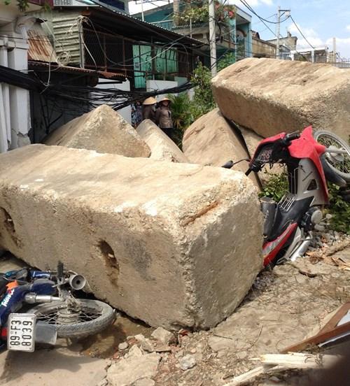 Thục mạng tháo chạy khi bê tông công trình đổ sập - 1