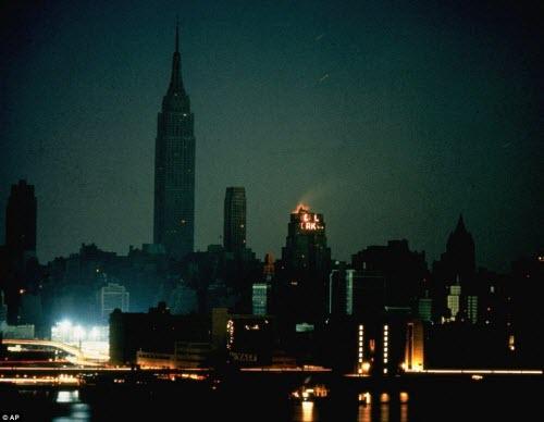 Ảnh: New York bị bóng tối mịt mùng bủa vây 10 tiếng - 1