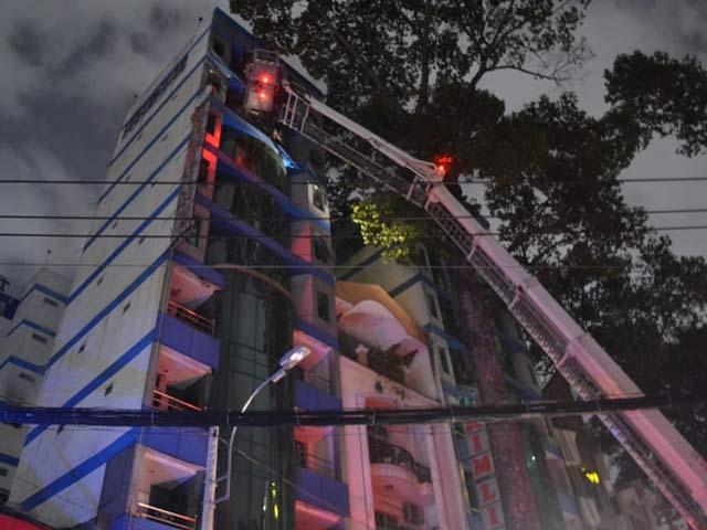 Cứu 11 người mắc kẹt trong khách sạn cháy giữa TPHCM - 1