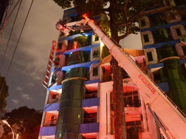 Cứu 11 người mắc kẹt trong khách sạn cháy giữa TPHCM - 2