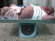 Sức khỏe đời sống - Kinh ngạc bà mẹ sinh lần thứ 9 đứa con nặng gần 7 kg