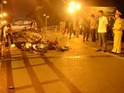 Tin tức trong ngày - HN: Gây tai nạn liên hoàn, tài xế taxi lao từ cầu xuống đất