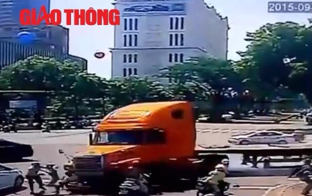 """Video: """"Xe điên"""" gây hàng loạt vụ tai nạn thảm khốc - 1"""