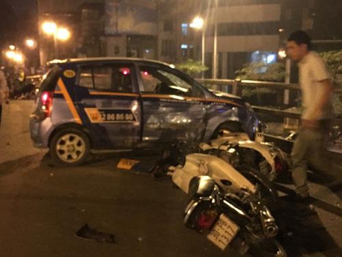 Phút kinh hoàng trên nắp ca-pô taxi gây tai nạn ở cầu vượt - 2
