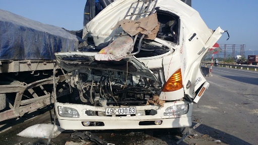 Xe tải tông xe đầu kéo, phụ xe chết kẹt trong cabin - 1