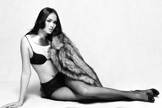 """Người mẫu - á hậu cũng đã nhờ nhiếp ảnh gia ghi lại khoảnh khắc  """" vượt cạn """"  của cô vào tháng 10. & nbsp;"""