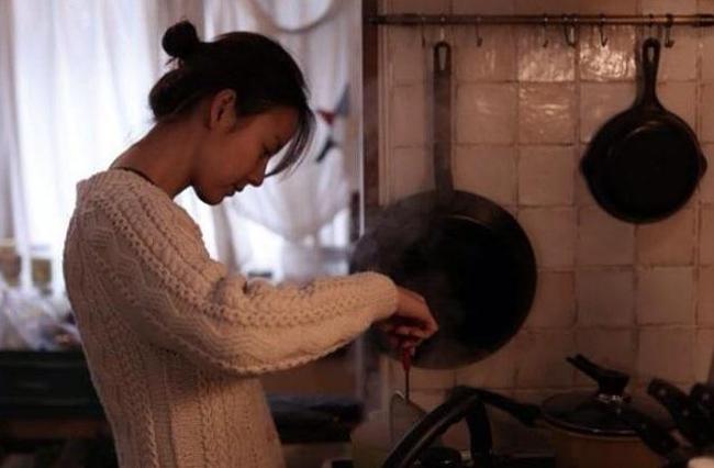 Cô tự tay nấu ăn cho gia đình, thể hiện là một người vợ đảm đang việc bếp núc.