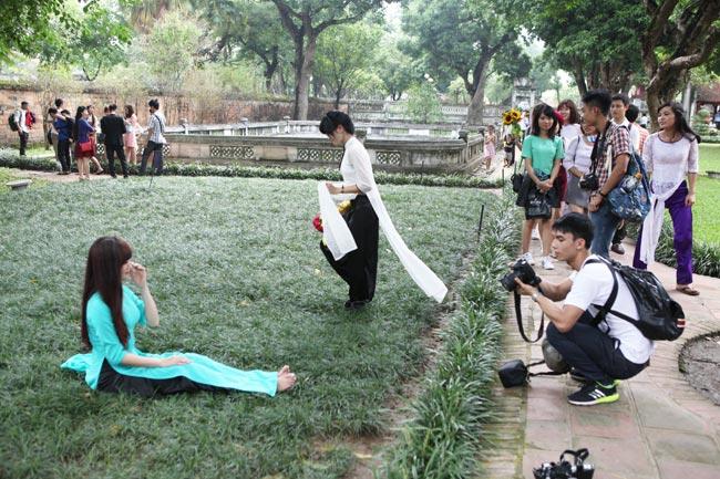 Bất chấp biển cấm, nữ sinh vẫn ngồi lên cỏ chụp kỷ yếu - 5