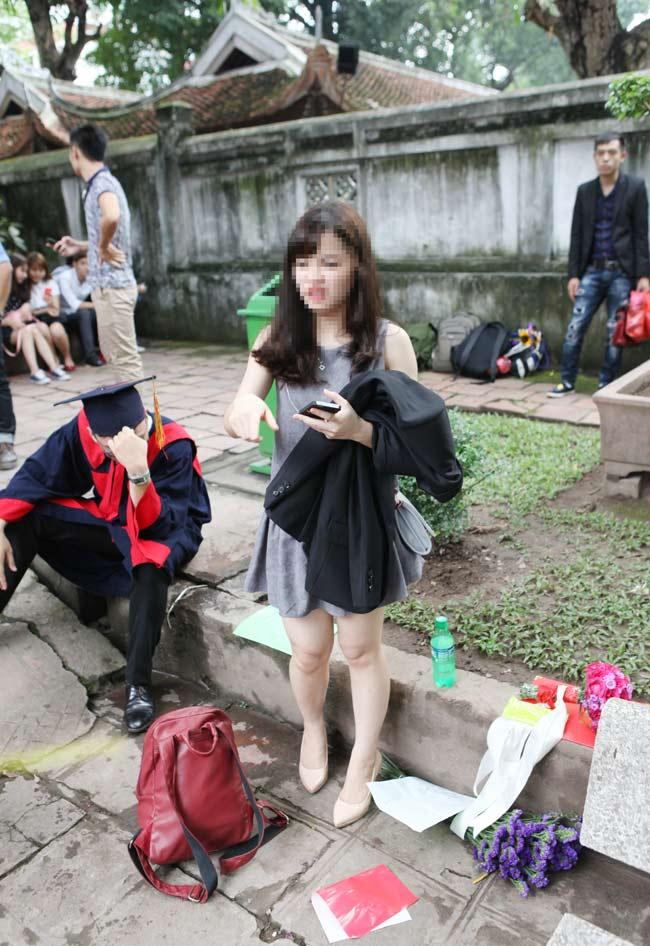 Bất chấp biển cấm, nữ sinh vẫn ngồi lên cỏ chụp kỷ yếu - 11