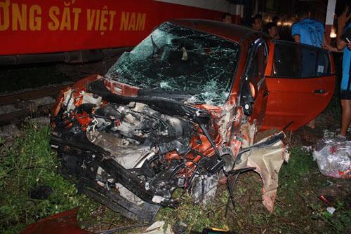 Tàu hỏa đâm nát đầu ô tô, 4 người nguy kịch - 1