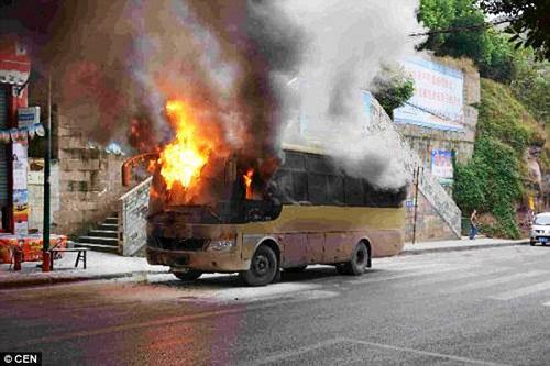Video: Đầu bếp ném bình gas cháy ra phố, thiêu rụi xe bus - 1