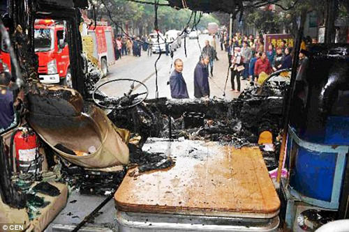 Video: Đầu bếp ném bình gas cháy ra phố, thiêu rụi xe bus - 2