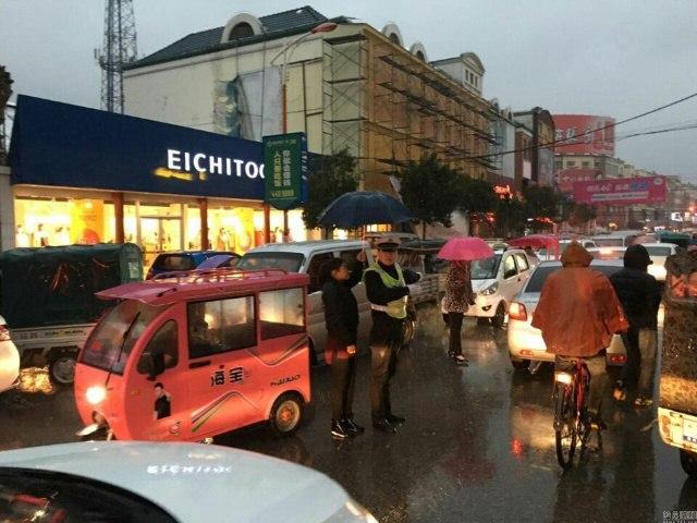 TQ: Cô gái che mưa cho cảnh sát trong 30 phút - 1