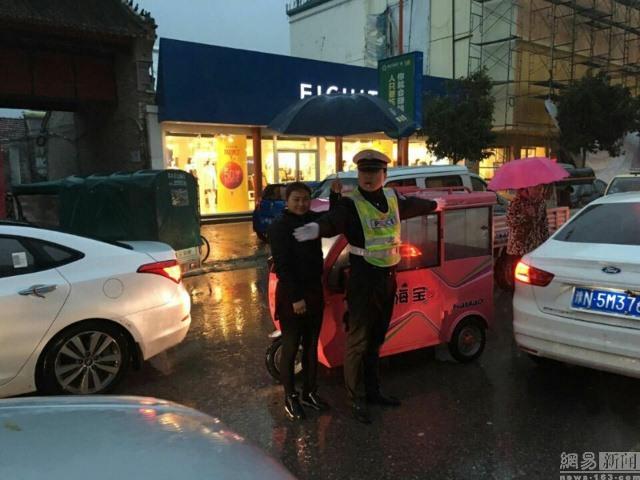 TQ: Cô gái che mưa cho cảnh sát trong 30 phút - 2