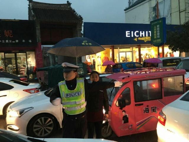 TQ: Cô gái che mưa cho cảnh sát trong 30 phút - 3