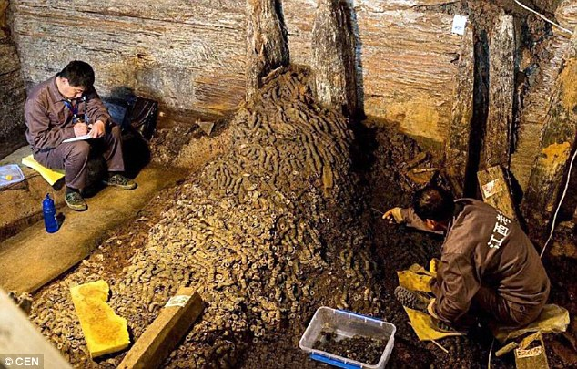 Phát hiện 10 tấn tiền xu trong ngôi mộ 2.000 năm tuổi - 1