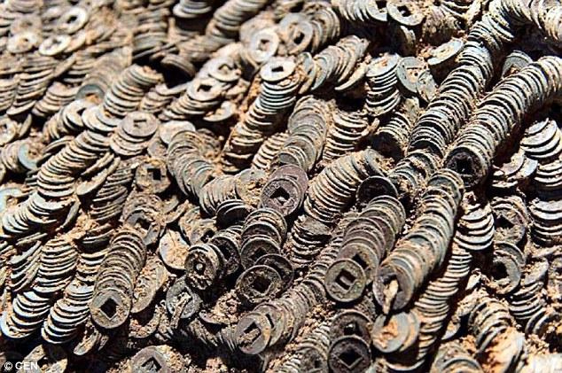 Phát hiện 10 tấn tiền xu trong ngôi mộ 2.000 năm tuổi - 2