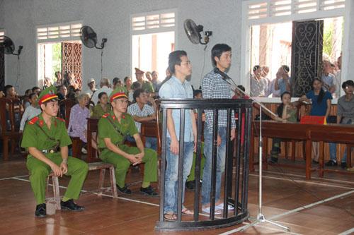 Phạt tù hai thanh niên xông vào trụ sở đánh công an - 1