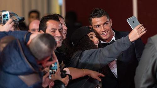 Rocker Phạm Anh Khoa gặp siêu sao Ronaldo tại London - 3