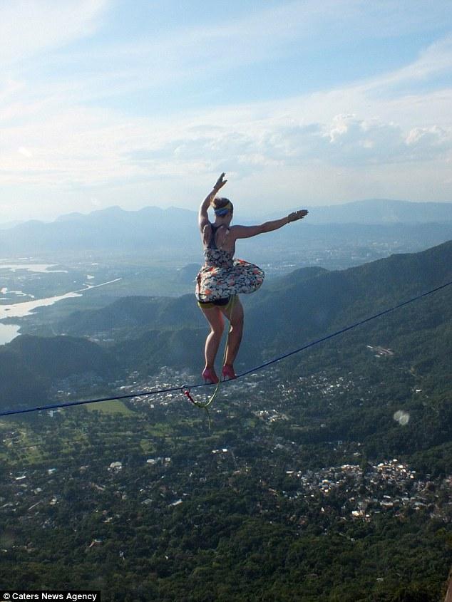 Mạo hiểm đi giày cao gót trên dây giữa hai ngọn núi - 1