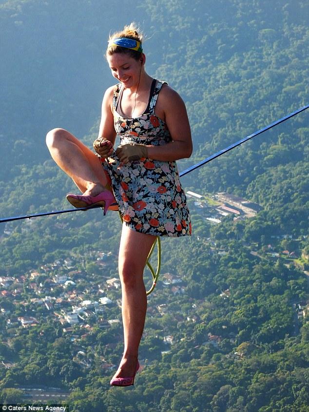 Mạo hiểm đi giày cao gót trên dây giữa hai ngọn núi - 3