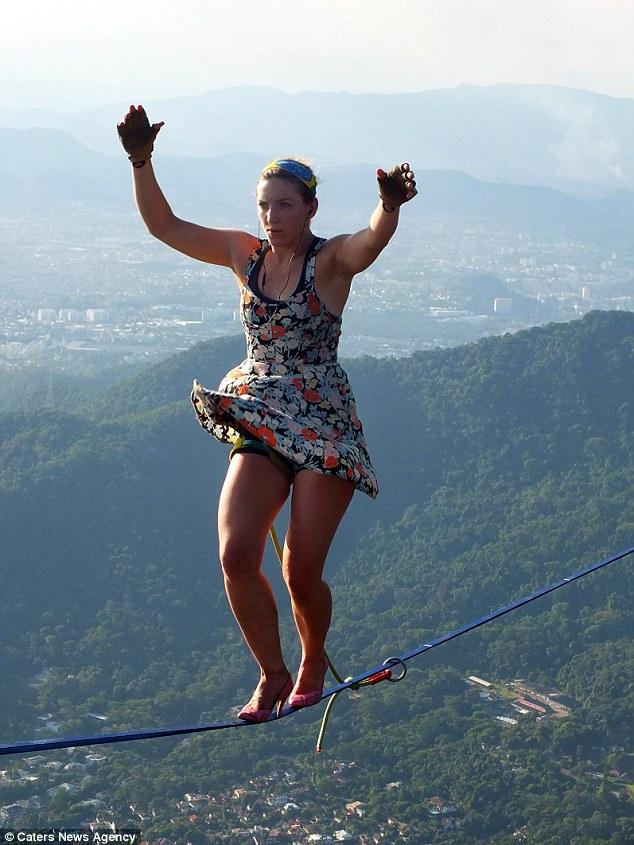 Mạo hiểm đi giày cao gót trên dây giữa hai ngọn núi - 4