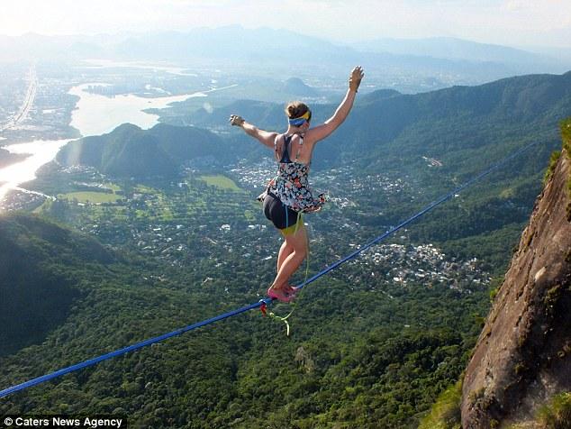 Mạo hiểm đi giày cao gót trên dây giữa hai ngọn núi - 5