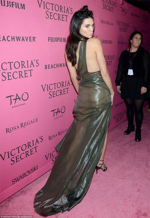 """""""Hot girl Hollywood"""" gây sốc với bộ váy mỏng như không - 2"""