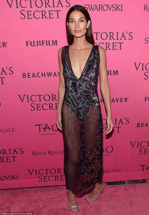 """""""Hot girl Hollywood"""" gây sốc với bộ váy mỏng như không - 6"""