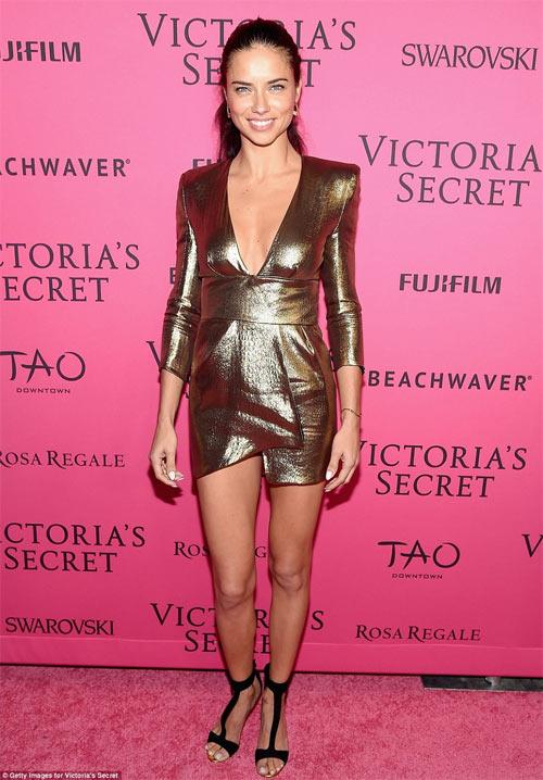 """""""Hot girl Hollywood"""" gây sốc với bộ váy mỏng như không - 8"""