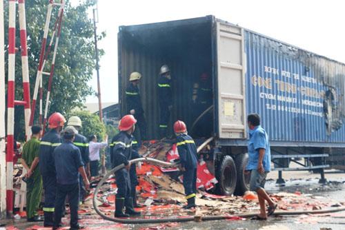 Xe container bốc cháy dữ dội trong bãi xe - 2