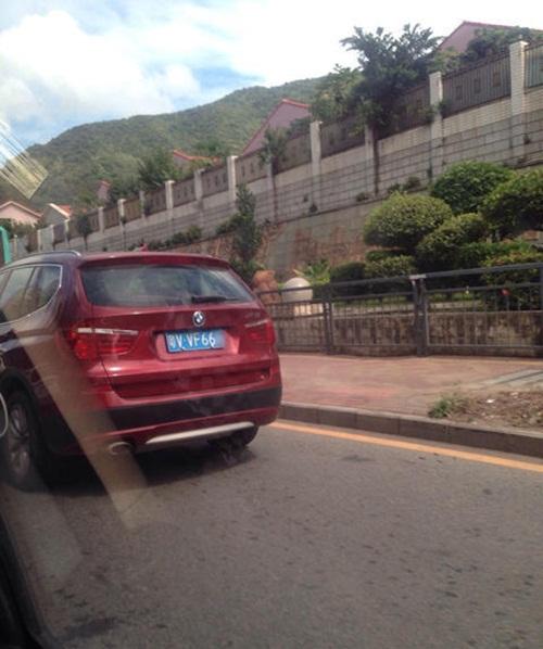 Dân mạng phẫn nộ khi bố cho bé trai 2 tuổi lái ô tô BMW - 4