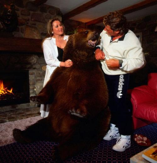 Cặp vợ chồng nhận chú gấu 70 kg làm con nuôi - 3