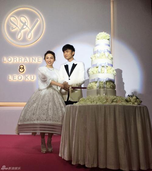 Cổ Cự Cơ hôn bạn gái 21 năm trong tiệc cưới hoành tráng - 1