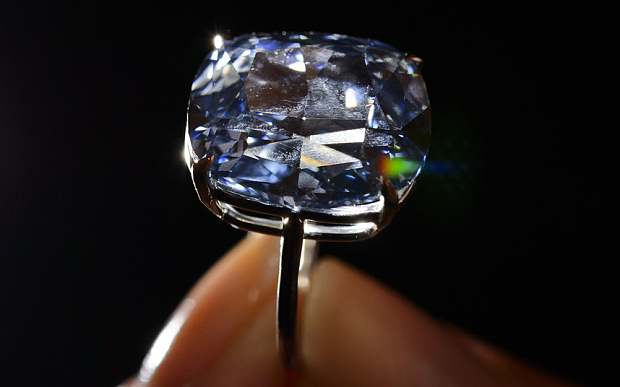 Viên kim cương Mặt trăng Xanh giá kỷ lục 48,7 triệu USD - 5