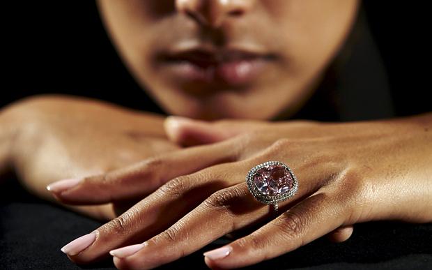 Viên kim cương Mặt trăng Xanh giá kỷ lục 48,7 triệu USD - 4