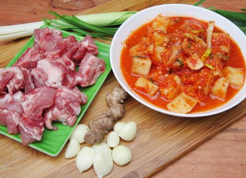 Canh kim chi củ cải nấu sườn cay cay nóng hổi - 1