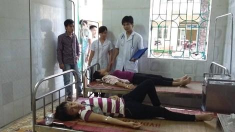Gần 60 công nhân nhập viện nghi ngộ độc thức ăn - 1