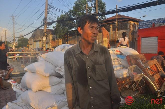 Người đi đường lao vào giúp đỡ trong vụ cháy ở Bến Bình Đông - 2