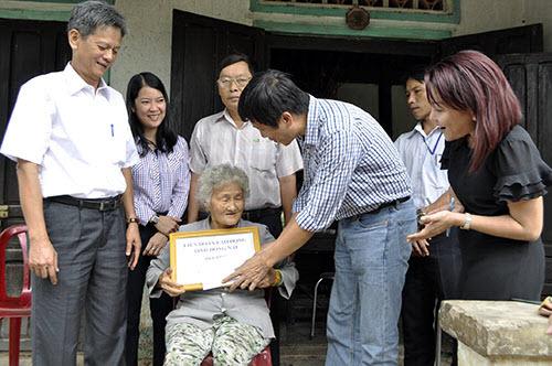 Công nhân, hộ nghèo Đồng Nai xúc động nhận quà từ Deca.vn - 1