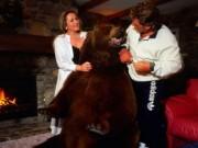 Bạn trẻ - Cuộc sống - Cặp vợ chồng nhận chú gấu 70 kg làm con nuôi