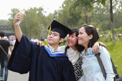 Vũ Cát Tường nhận bằng giỏi Đại học quốc tế - 1