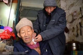 Cảm động người đàn ông mắc ung thư cưu mang lão ăn xin - 3