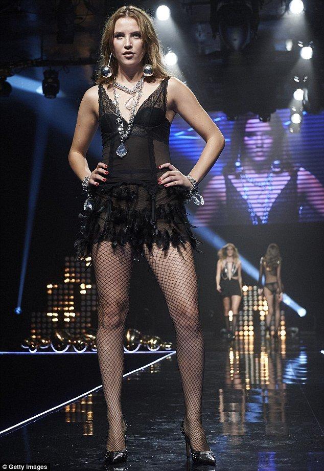 Lộ diện phiên bản khêu gợi của show Victoria's Secret - 8