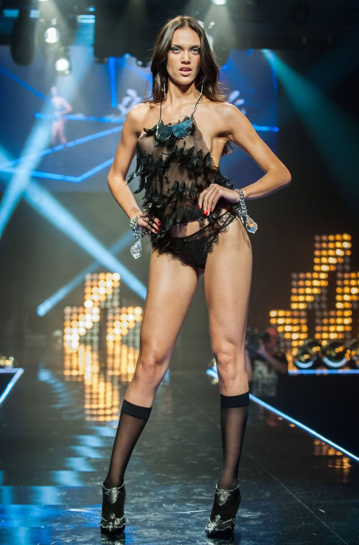 Lộ diện phiên bản khêu gợi của show Victoria's Secret - 7
