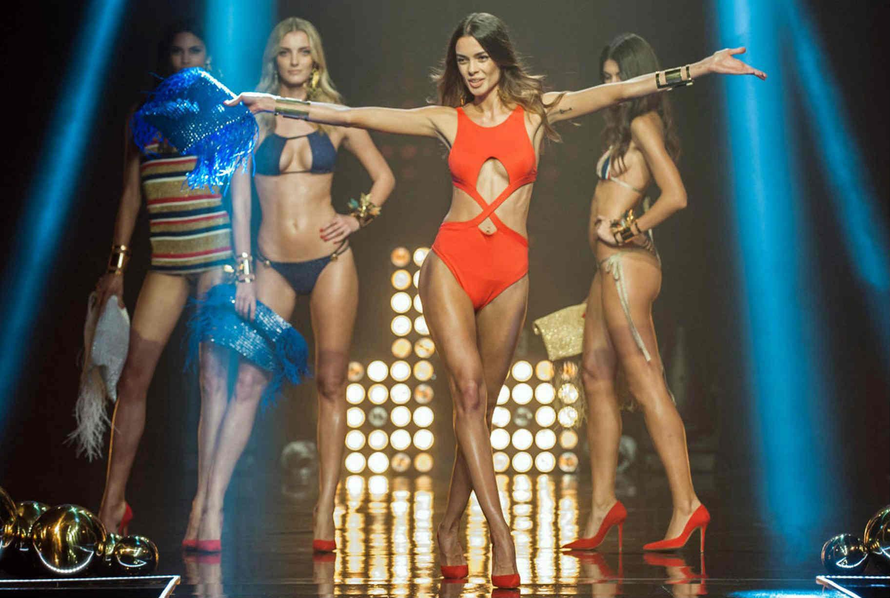 Lộ diện phiên bản khêu gợi của show Victoria's Secret - 10