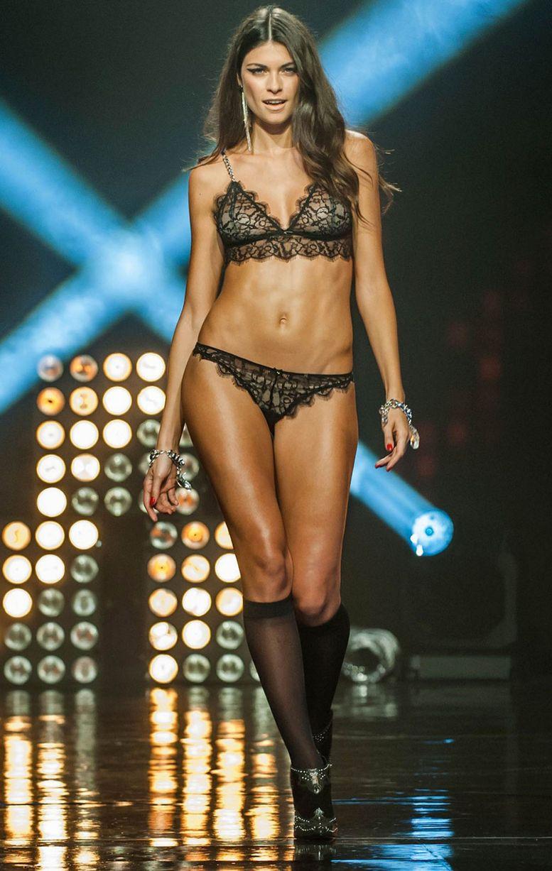 Lộ diện phiên bản khêu gợi của show Victoria's Secret - 11